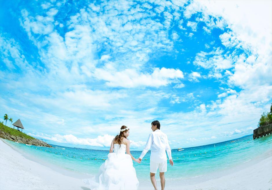 シャングリラ・マクタン・リゾート&スパ<br /> 白砂と、海と空の青のコントラストが美しいビーチにて