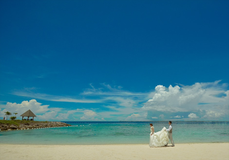 シャングリラ・マクタン・リゾート&スパ<br /> 青々としたマクタン島の海がどこまでも続く白砂のビーチにて