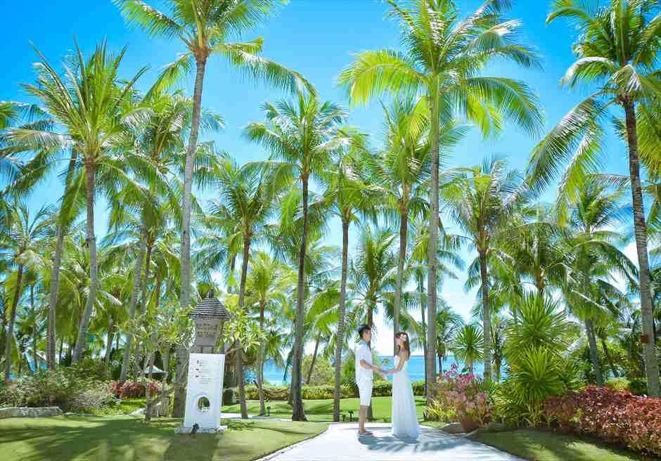 シャングリラ・マクタン・リゾート&スパ<br /> ココナッツツリーが生い茂るガーデンにてフォトウェディング