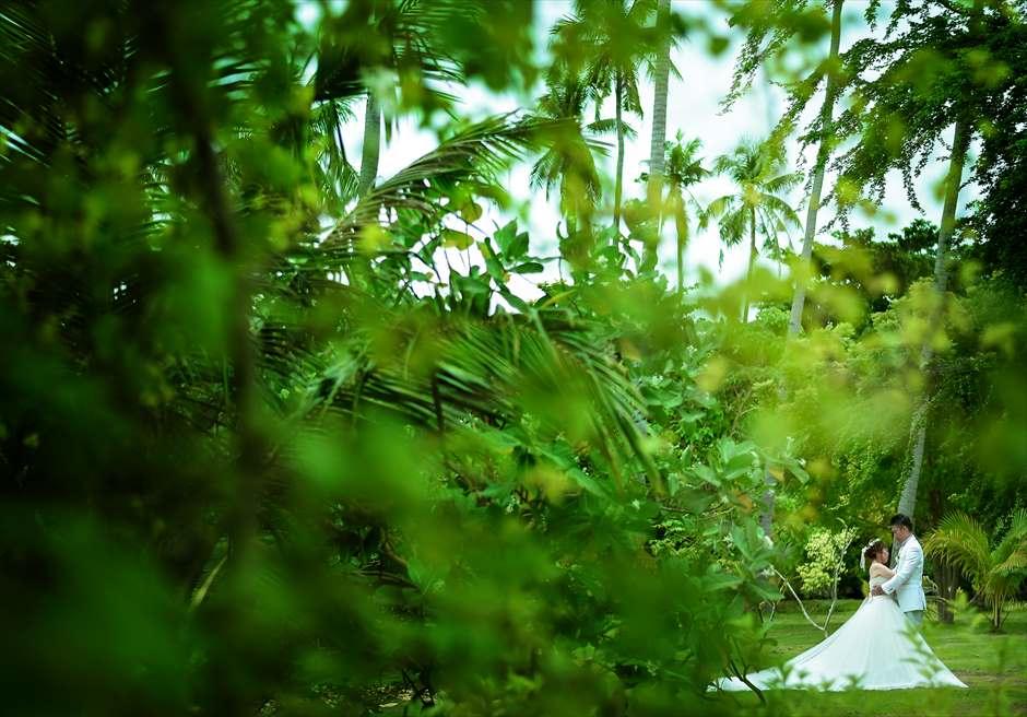 カサブランカ・バイ・ザ・シーリゾート内緑深いガーデンにてフォトウェディング