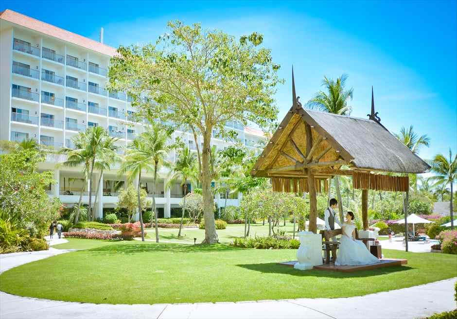 シャングリラ・マクタン・リゾート&スパ<br /> ホテル棟を望むガーデンにてフォトウェディング