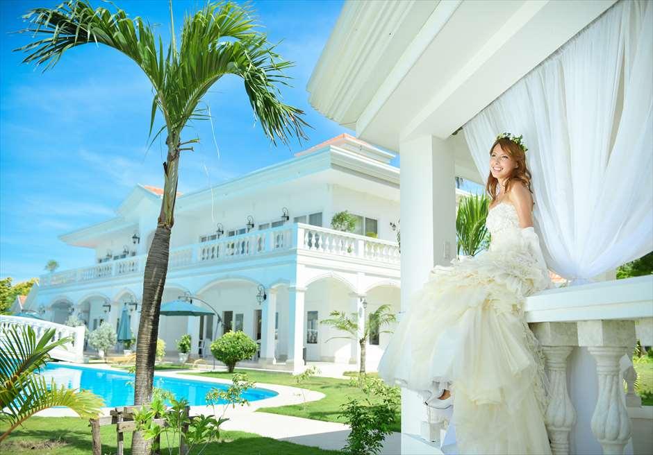 カサブランカ・バイ・ザ・シー<br /> ガーデンより白亜の建物と、ラグーンプールを望む、白・青・緑のコントラスト