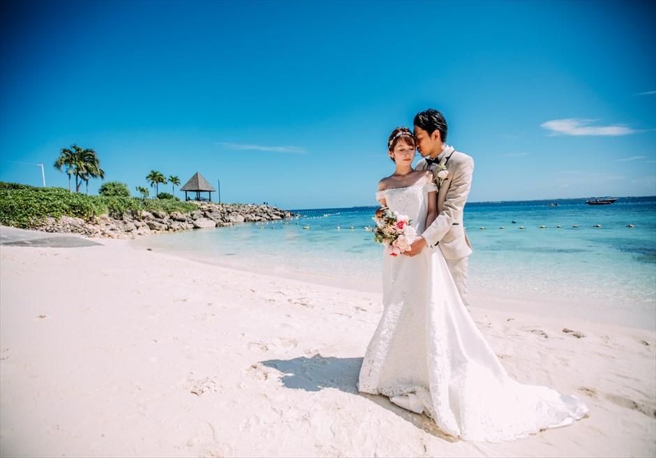 シャングリラ・マクタン・リゾート&スパビーチにて青空をバックにフォトウェディング