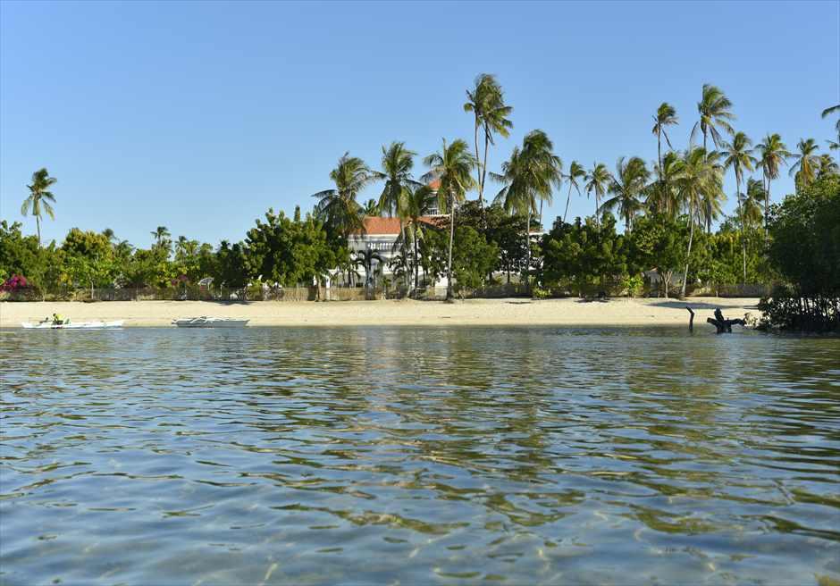 熱帯雨林の生い茂るオランゴ島<br /> カサブランカ・バイ・ザ・シーのビーチ