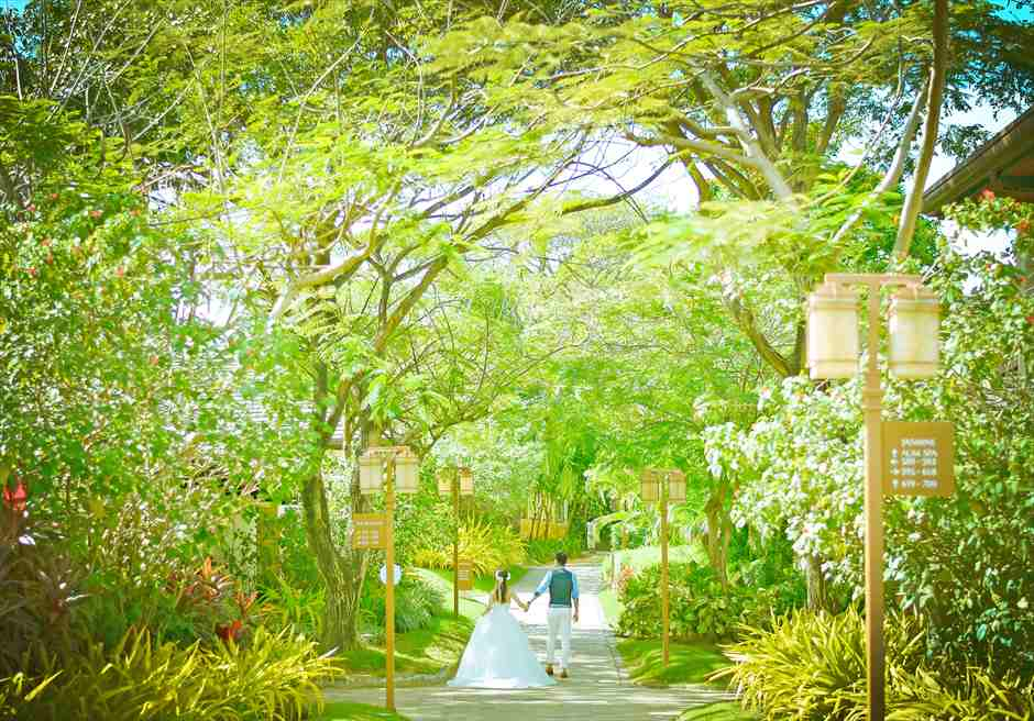 クリムゾン・リゾート&スパ・マクタン<br /> リゾート内ガーデンにてフォトウェディング