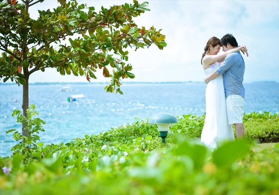 クリムゾン・リゾート&スパ・マクタン<br /> マクタン島の海を望むガーデンにてフォトウェディング