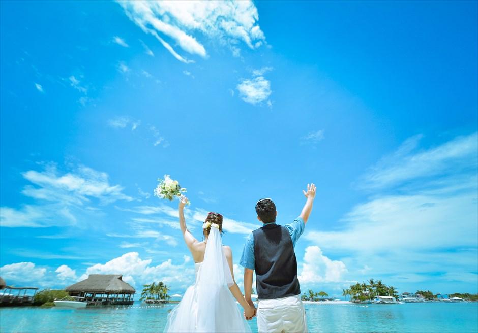 ブルーウォーター・マリバゴ・ビーチリゾート<br /> マリバゴの美しい海を望むビーチにてフォトウェディング