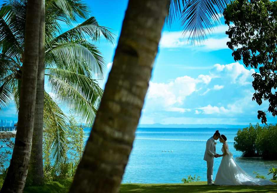 パシフィック・セブ・リゾートガーデンからビーチを望む木陰にてフォトウェディング