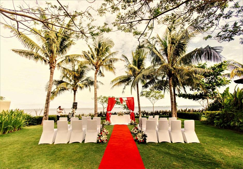 クリムゾン・リゾート&スパ・マクタン<br /> オーシャンフロント・ガーデンウェディング<br /> 挙式会場レッド装飾全景