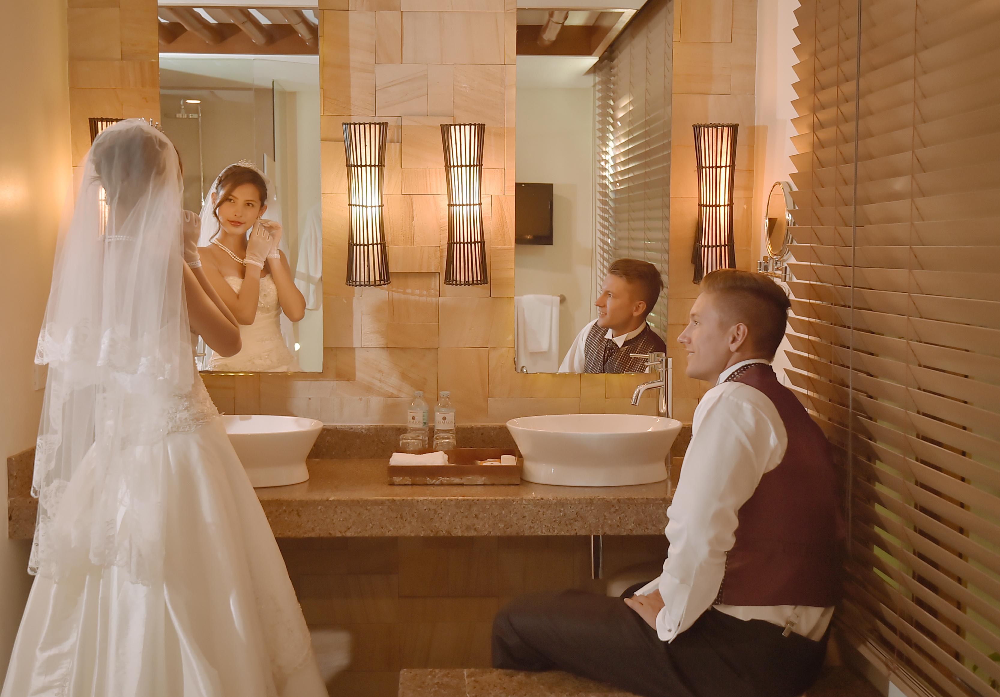 クリムゾン・リゾート&スパ・マクタン<br /> プライベートプール付ビーチフロントヴィラ<br /> バスルームにて