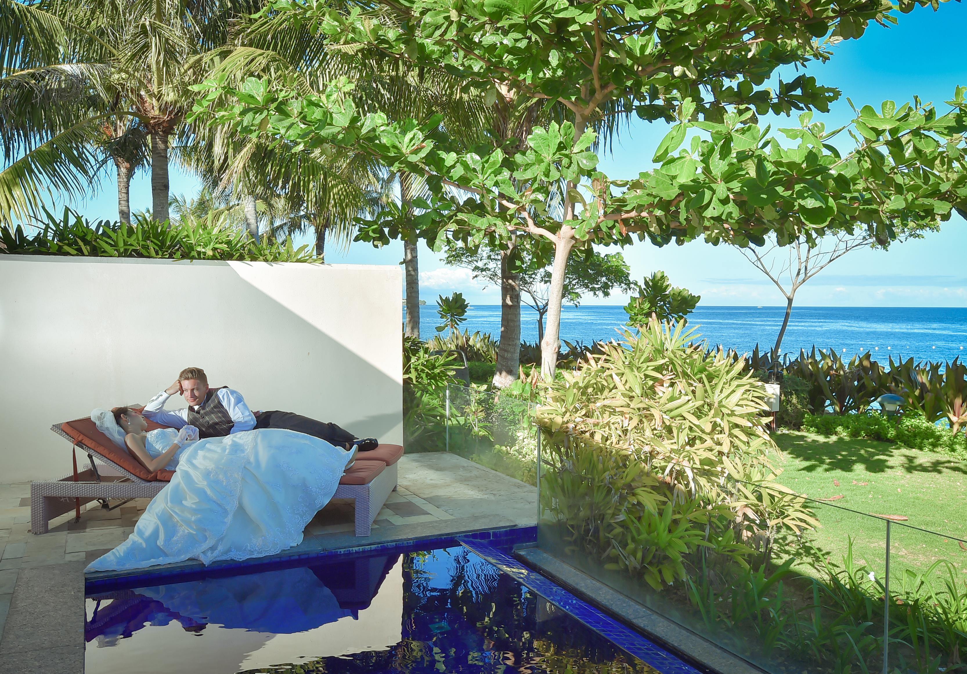 クリムゾン・リゾート&スパ・マクタン<br /> プライベートプール付ビーチフロントヴィラ<br /> プライベートプールにて