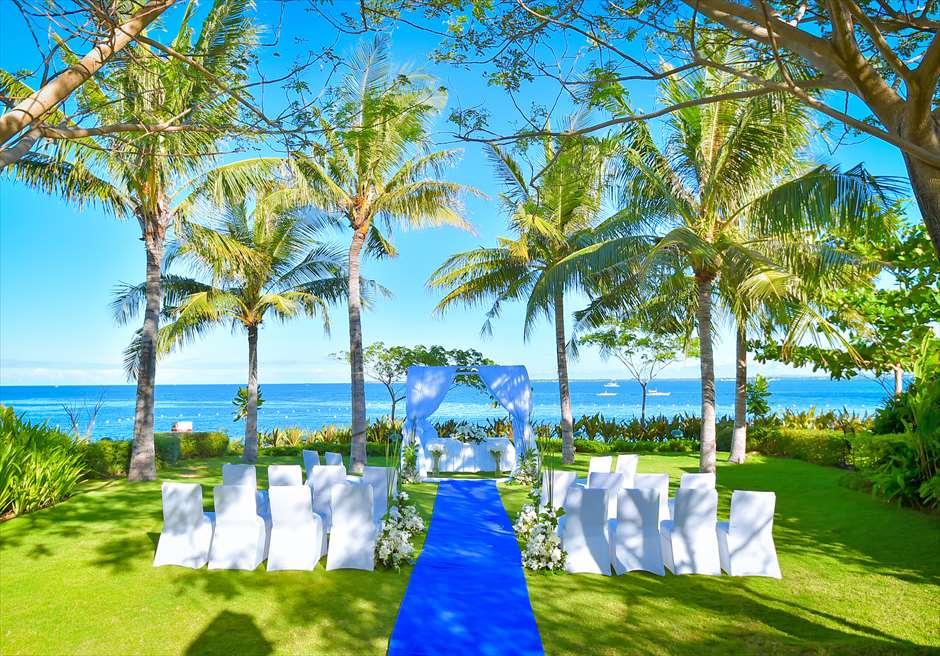 クリムゾン・リゾート&スパ・マクタン<br /> オーシャンフロント・ガーデンウェディング<br /> 挙式会場ブルー装飾全景