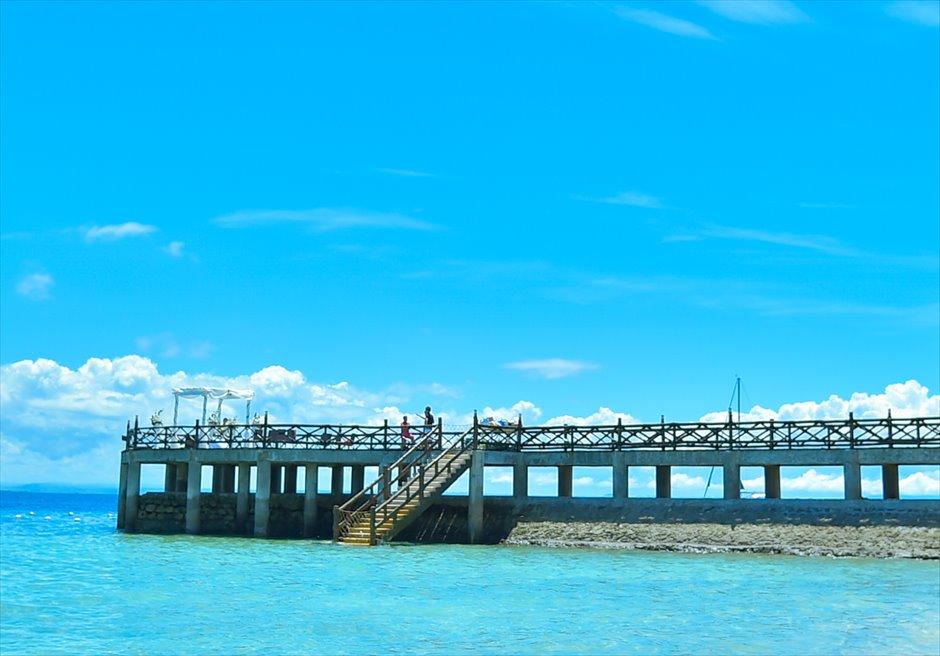 ジェイパーク・アイランド・リゾート&ウォーターパーク・セブ<br /> オール・ブルー・ボードウォーク・ウェディング<br /> セブ島で随一に長い海上の挙式会場。長い桟橋の入場シーンを誇る。<br /> <br />