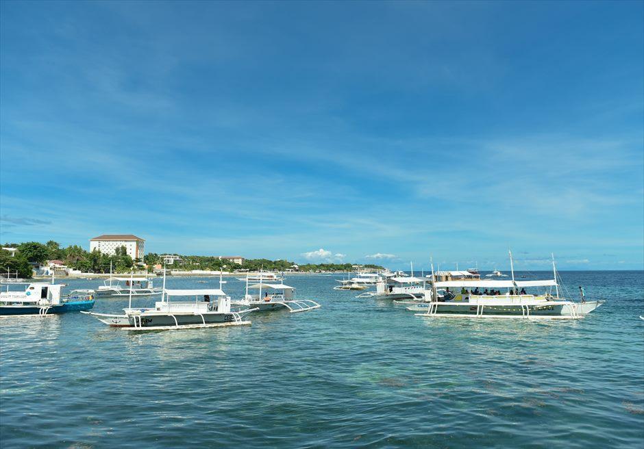 マクタン島ヒルトン港からボートにてカオハガン島へ<br /> ボートの移動の際も美しい海原をバックに撮影が可能です