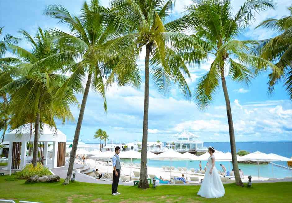 モーベンピック・ホテル・マクタン・アイランド・セブ<br /> ガーデンよりイビサ・レストランとビーチを望む