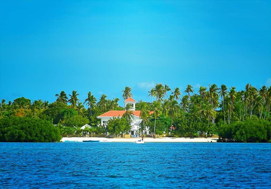 熱帯雨林の生い茂るオランゴ島<br /> カサブランカ・バイ・ザー・シーの全景