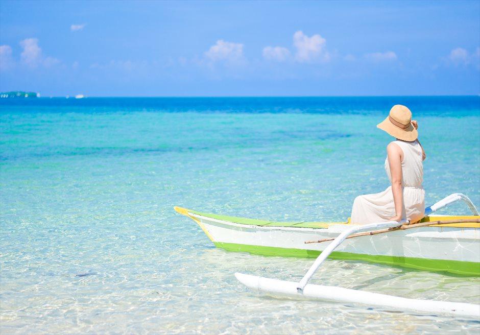 カオハガン島の小舟での撮影<br /> 遠浅の美しいビーチ