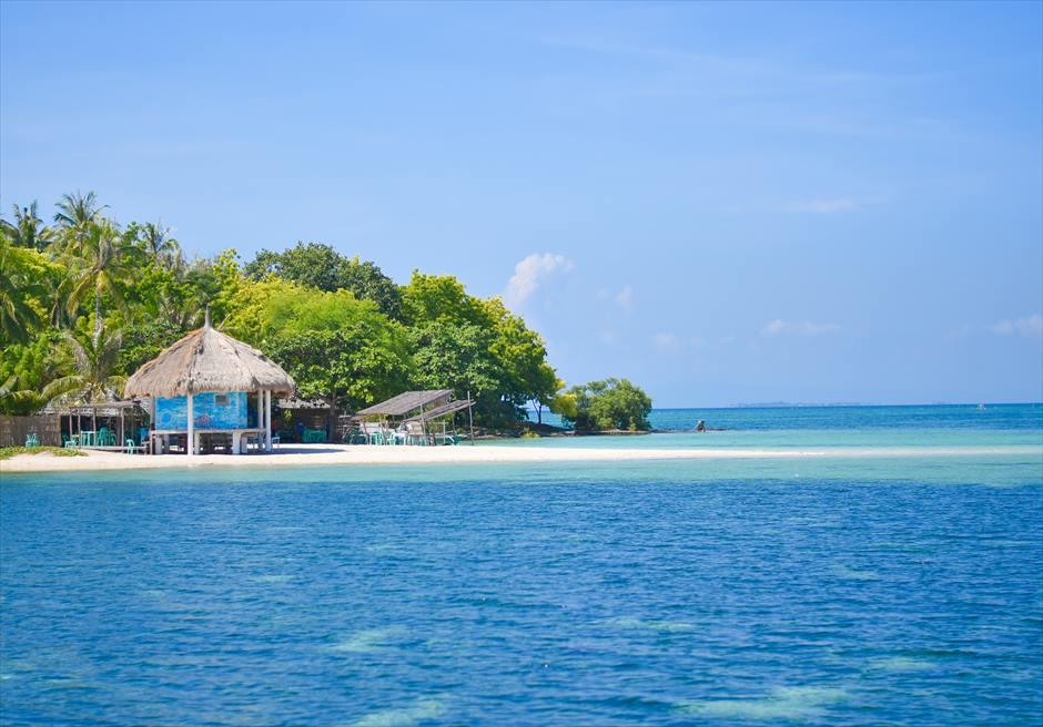 白砂と真っ青な海が美しいカオハガン島