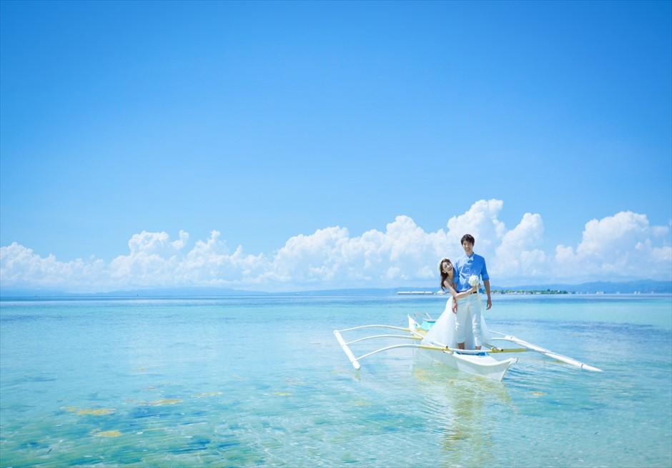 カオハガン島の小舟でのカップル撮影