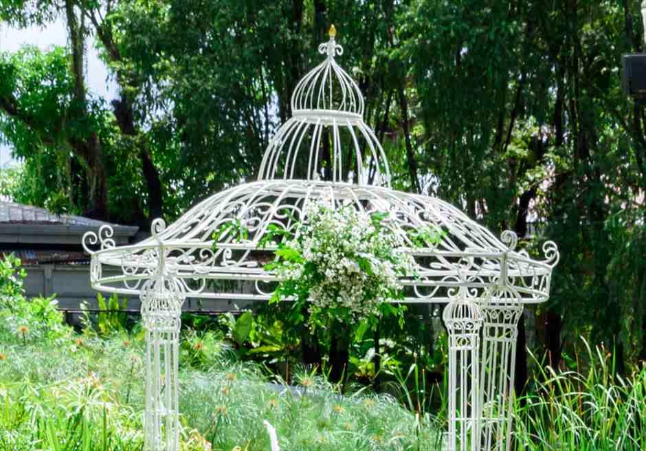 モンテベッロ・ヴィラ・ホテル<br /> ガーデン・アーチ・ウェディング<br /> パーゴラ・アーチ装飾