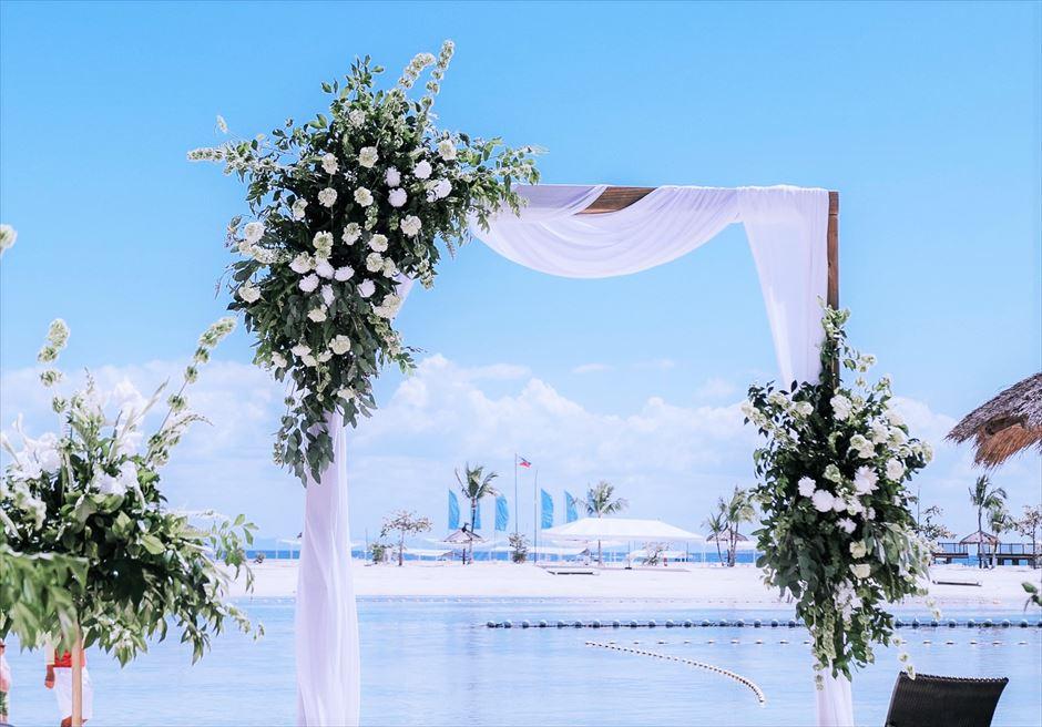 ブルーウォーター・マリバゴ セブウェディング 生花セレモニーアーチ装飾