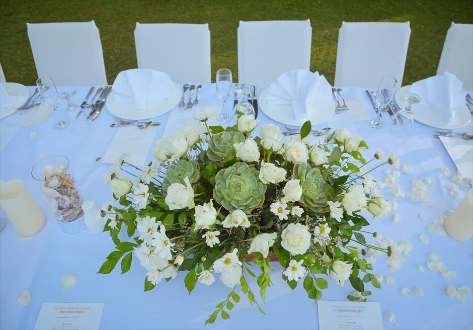 クリムゾン・マクタン リゾート&スパ ウェディングパーティー会場 ガーデンパーティー 生花テーブル装飾例