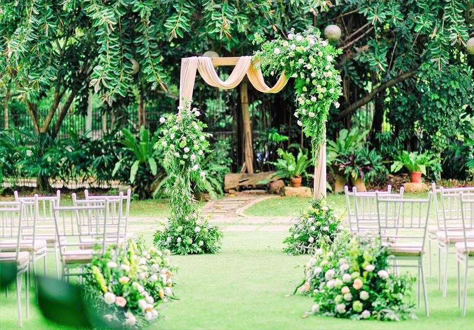 セブ・ホワイトサンズ・リゾート&スパヒストリック・ガーデン・ウェディング祭壇周り生花装飾