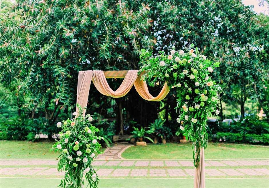 セブ・ホワイトサンズ・リゾート&スパヒストリック・ガーデン・ウェディングウェディングアーチ生花装飾