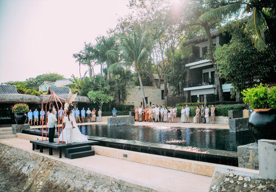 アバカ・ブティック・リゾートインフィニティ・ウェディングオーシャンフロント・ステージ挙式シーン全景