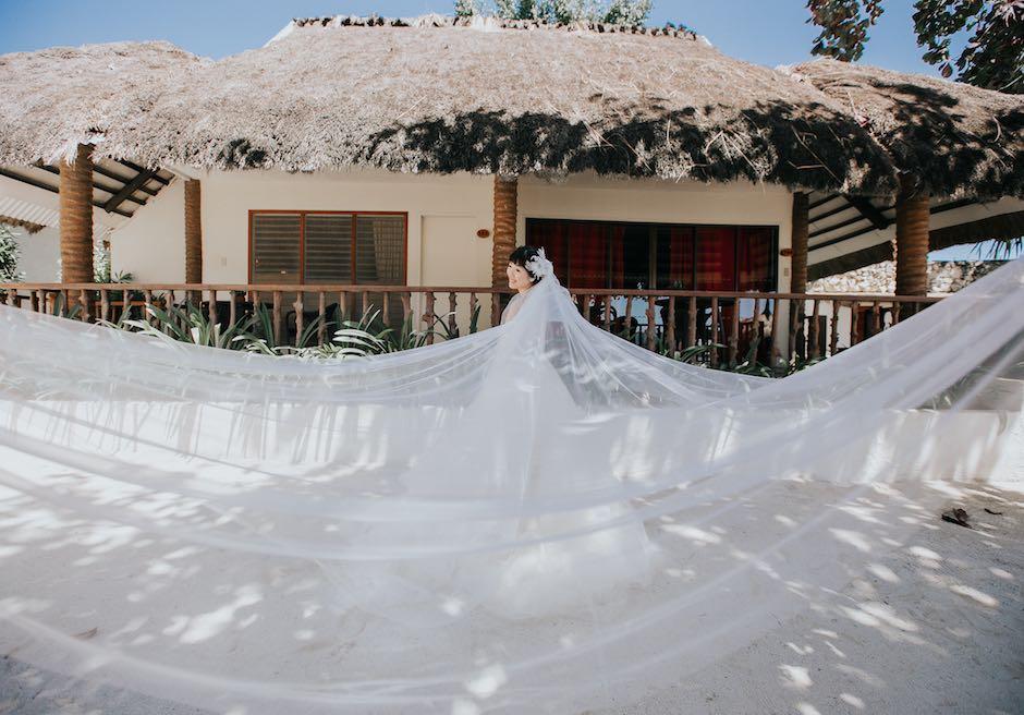 ブルーウォーター・マリバゴ・ビーチリゾートホテル客室前でのベールを使った撮影
