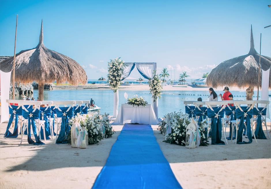 ホワイト&グリーン装飾挙式会場全景生花のフラワー・バスケットロイヤル・ブルーのバージンロード