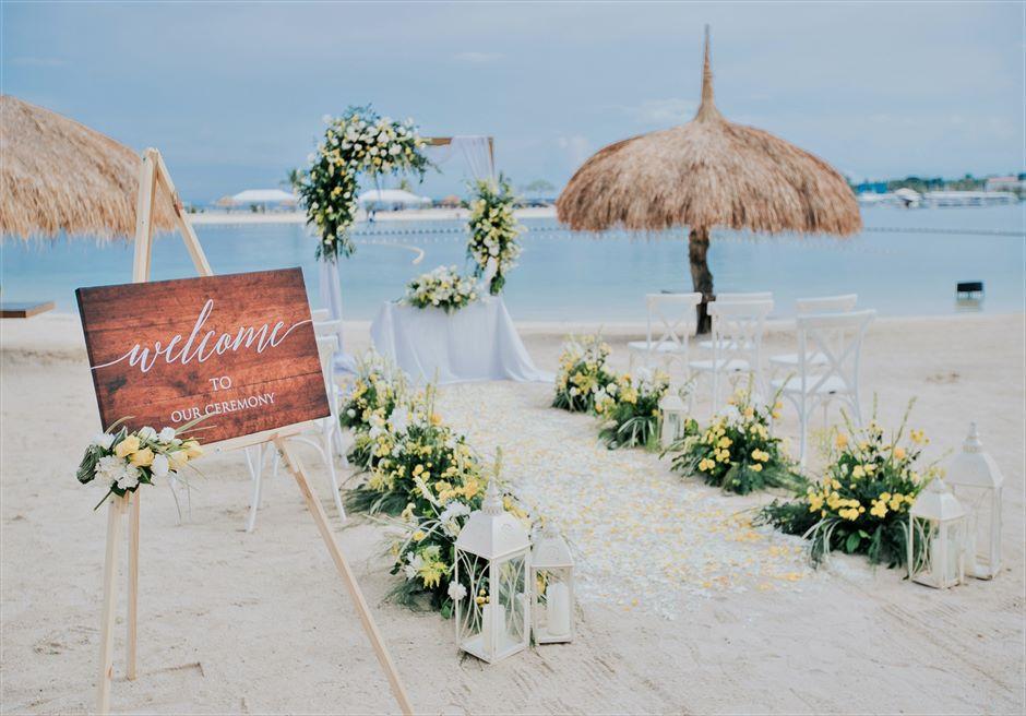 ブルーウォーター・マリバゴビーチ挙式ブルーム・アイランド・ウェディングイエロー&グリーン装飾挙式会場全景