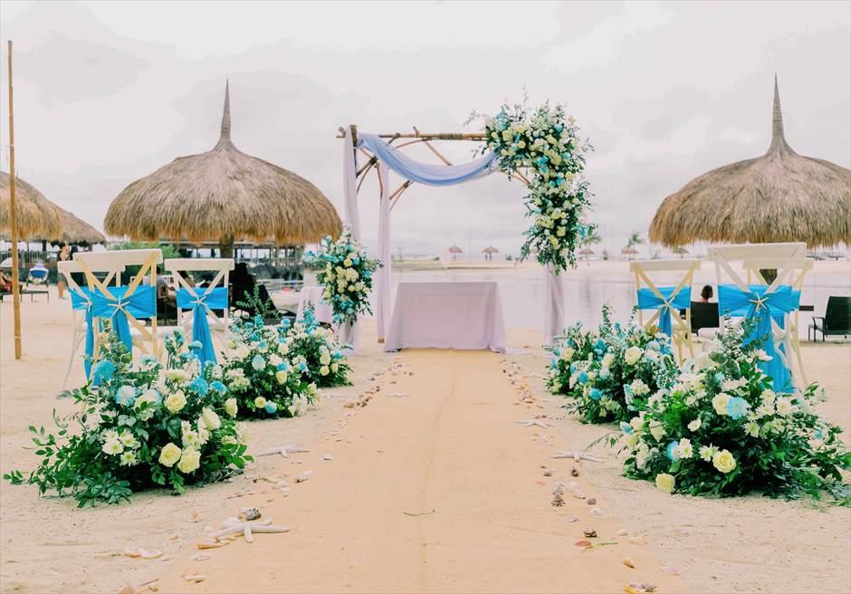 ブルー&グリーン装飾 挙式会場全景 生花のフラワー・バスケット ヘンプ(麻)のバージンロード