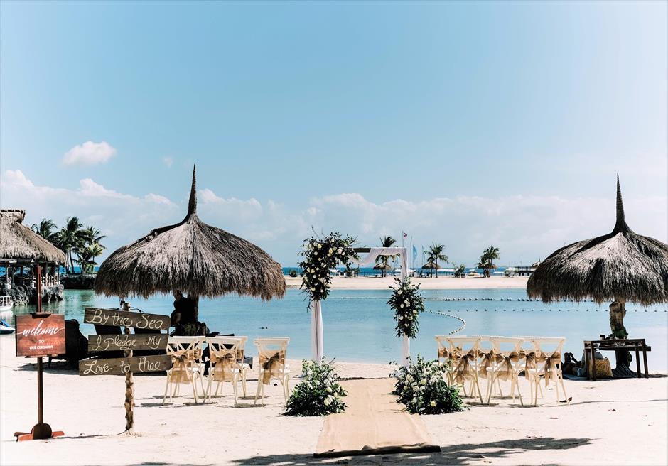 ブルーウォーター・マリバゴビーチ挙式ブルーム・アイランド・ウェディングホワイト&グリーン装飾挙式会場全景