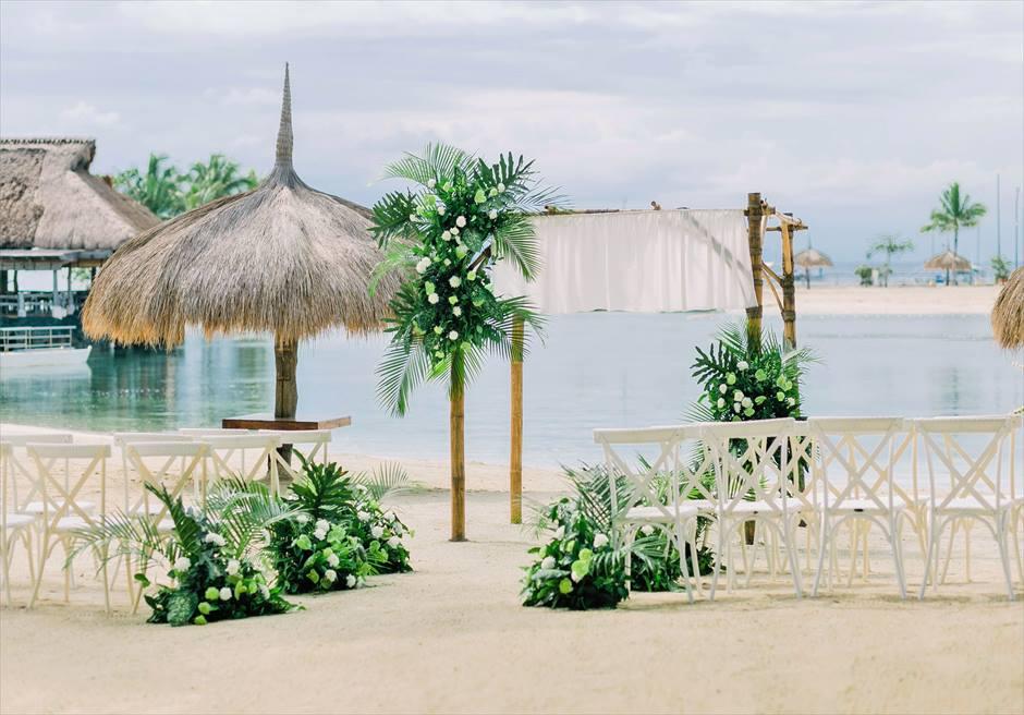ブルーウォーター・マリバゴ ビーチ挙式 ボタニカル&トロピカル・ウェディング 挙式会場 フラワー&グリーンリーフ装飾