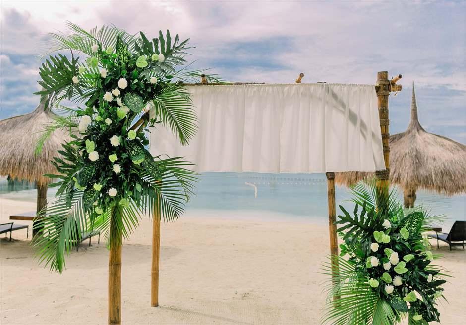 ブルーウォーター・マリバゴビーチ挙式ボタニカル&トロピカル・ウェディングウェディングアーチ生花&グリーン装飾
