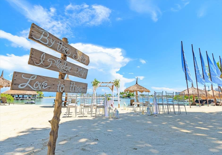 ブルーウォーター・マリバゴ・リゾートビーチウェディングホワイト・ナチュラル挙式会場ビーチ全景