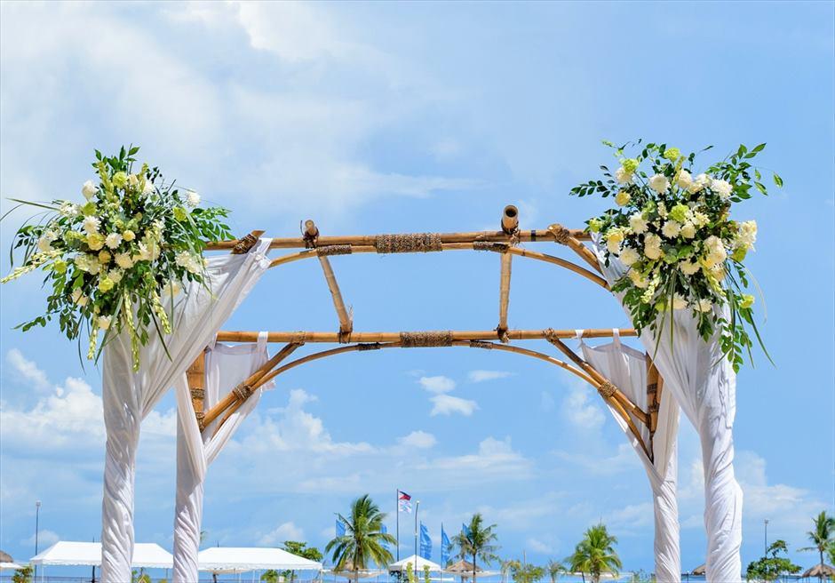 ブルーウォーター・マリバゴ・リゾートビーチウェディングホワイト・ナチュラルウェディングアーチ生花装飾