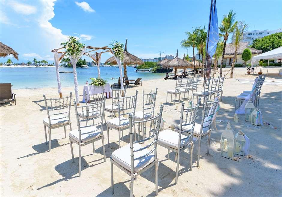 ブルーウォーター・マリバゴ・リゾートビーチウェディングホワイト・ナチュラル左舷より挙式会場全景を望む