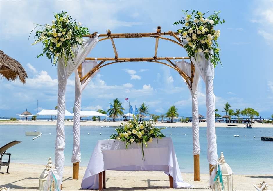 ブルーウォーター・マリバゴ・リゾートビーチウェディングホワイト・ナチュラル祭壇周り生花装飾