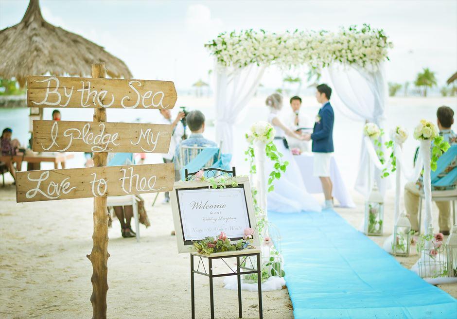 ブルーウォーター・マリバゴビーチ挙式ブルーム・アイランド・ウェディングホワイト&グリーン装飾挙式シーン