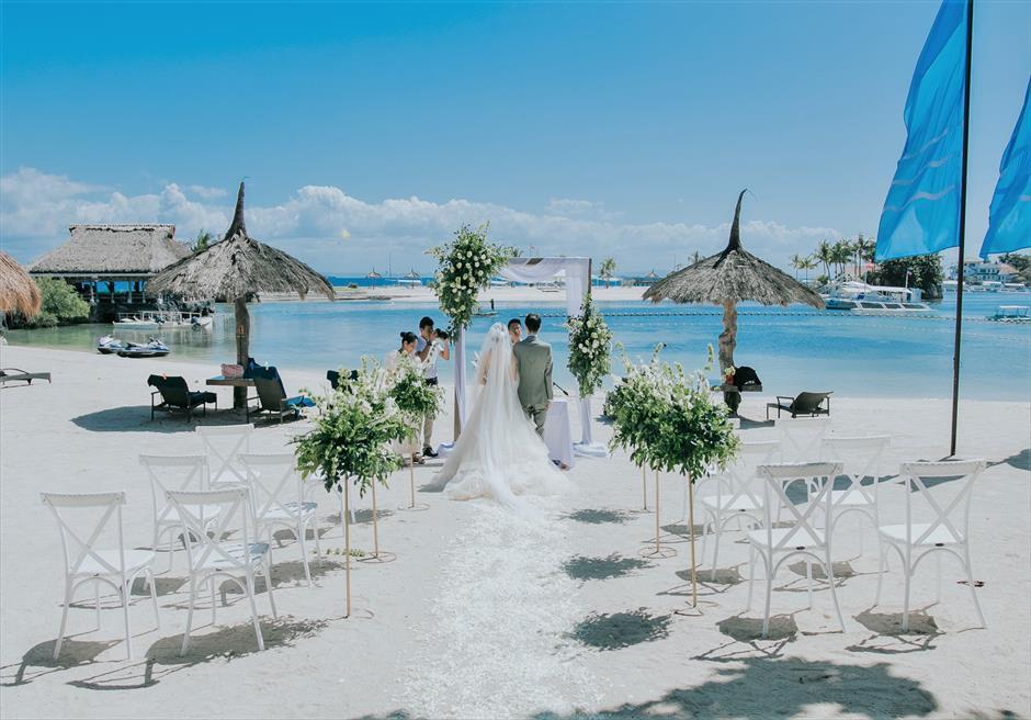 ブルーム・アイランド・ウェディングホワイト&グリーン装飾フラワー・スタンド挙式シーン