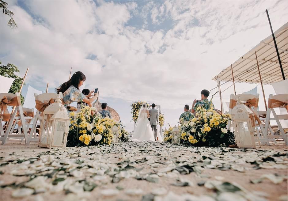 ブルーウォーター・マリバゴビーチ挙式ブルーム・アイランド・ウェディングイエロー&グリーン装飾挙式シーン