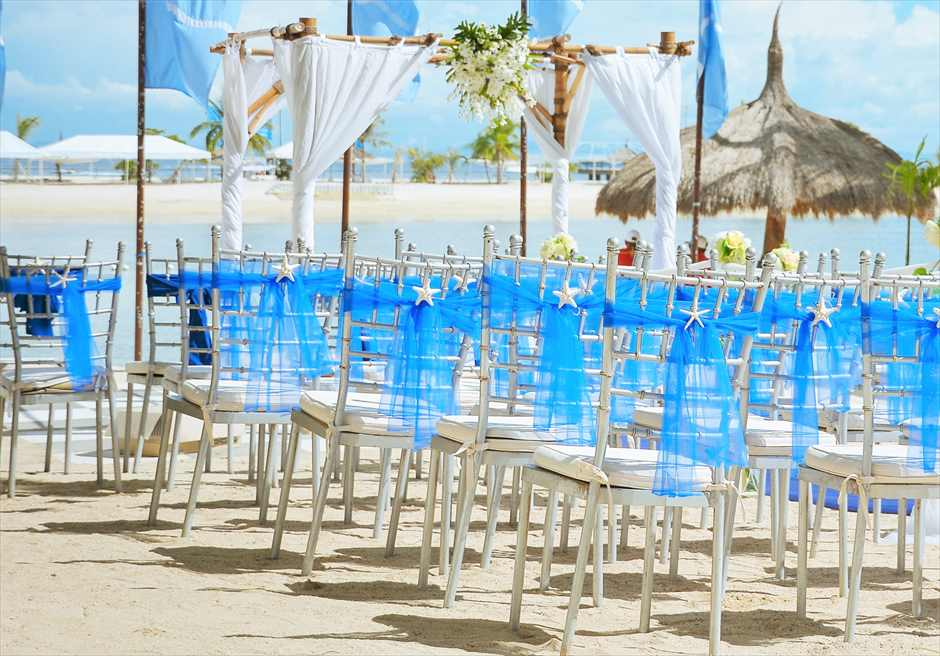 ブルー・スカイビーチ・ウェディングロイヤル・ブルー挙式会場シルバー・ティファニーチェア装飾