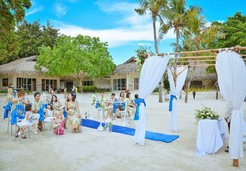 ブルーウォーター・マリバゴ・リゾートブルー・スカイビーチ・ウェディング挙式入場前美しいガーデンを望む