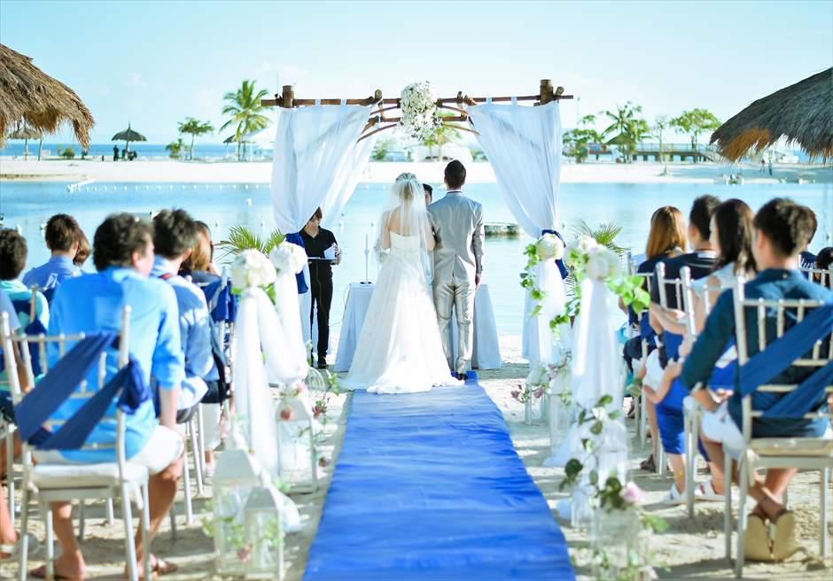ブルー・スカイビーチ・ウェディングロイヤル・ブルー挙式会場装飾挙式シーン
