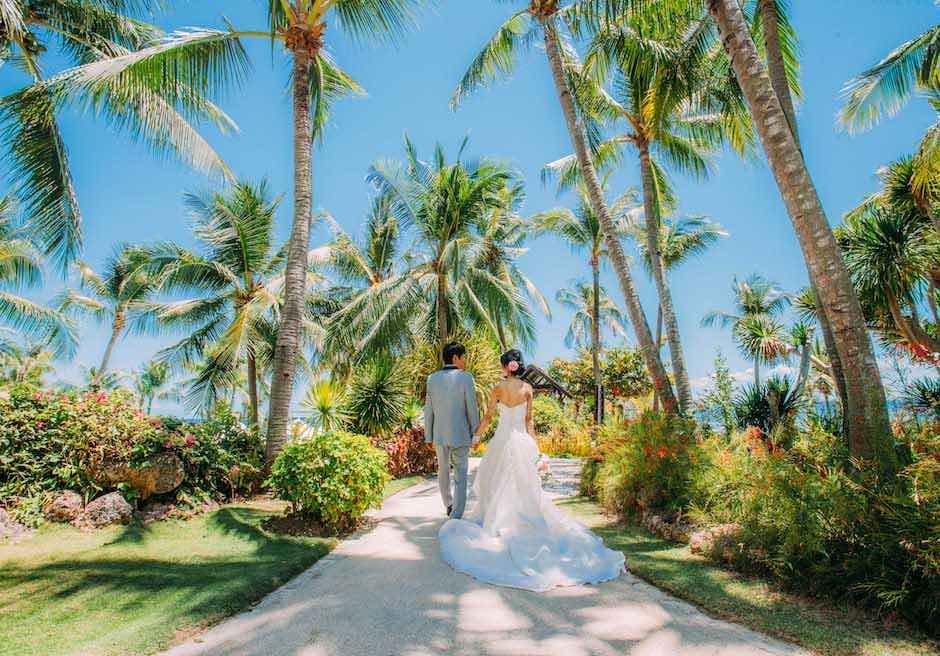 シャングリラ・マクタン・リゾート&スパ椰子の木が生い茂るガーデンにて撮影