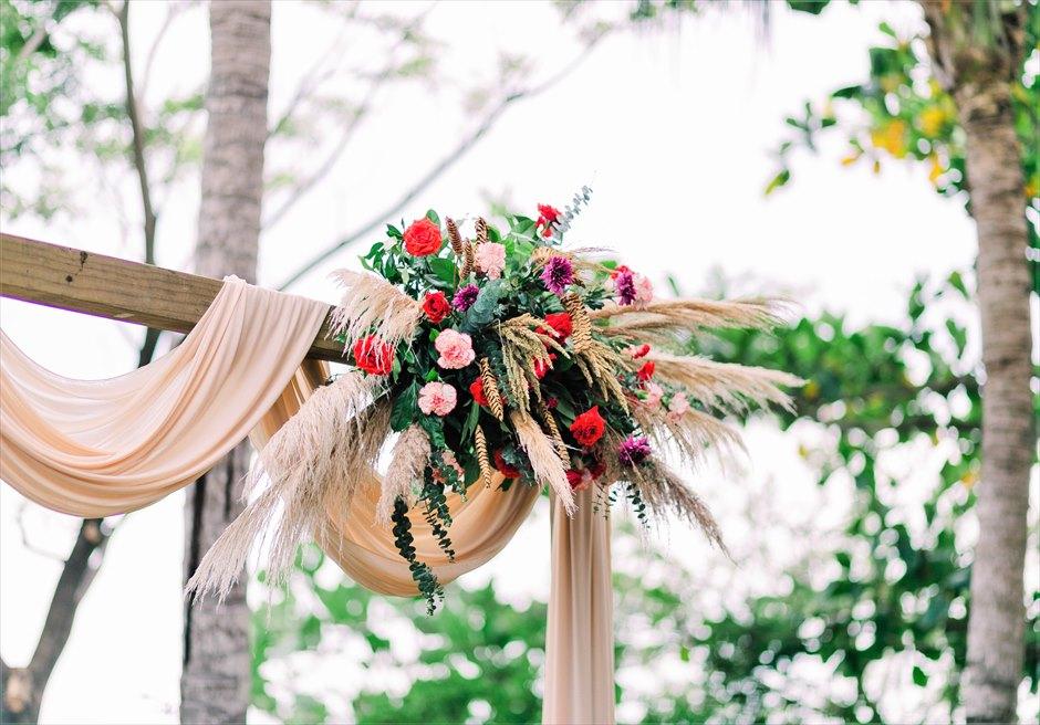 クリムゾン・リゾート&スパ・マクタンヴィラ・ガーデンボーホー・ウェディングウェディングアーチ生花装飾