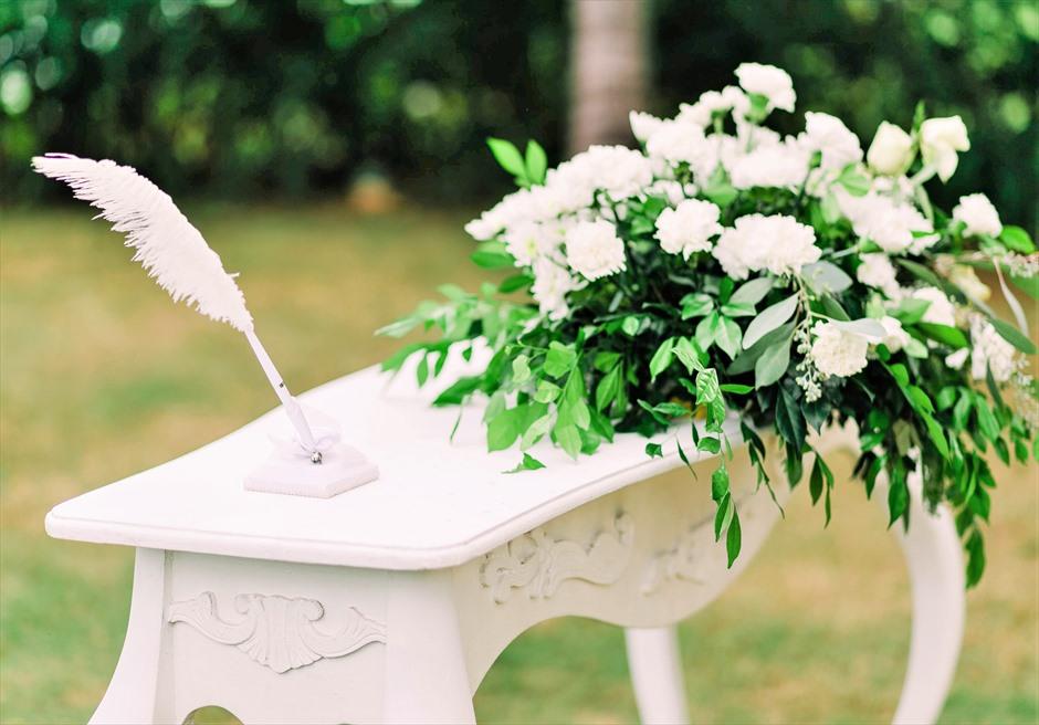 クリムゾン・リゾート&スパ・マクタンヴィラ・ガーデンナチュラル・ウェディング共通祭壇生花装飾センターピース&羽ペン