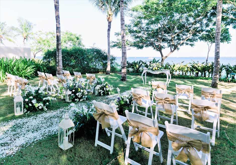ナチュラル・ウェディングゴールド挙式会場アップグレード装飾6つのアイルサイド生花バスケットフラワーホワイトチェア・サッシュ装飾
